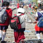 De camino a la escuela a pesar de todos los obstáculos