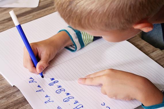 El aprendizaje de la escritura y la lectura están fuertemente relacionados. Tras escribir a mano, el cerebro activa la red que usa para leer y escribir. / Imagen: Fotolia