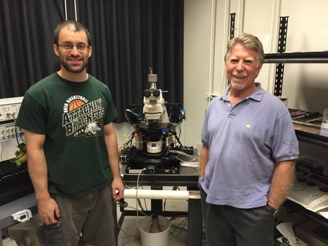 Robert Greene (derecha) y Alex Sonneborn. (Foto: UT Southwestern Medical Center)