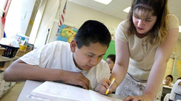 """""""La mayoría de los países con buenos resultados educativos evalúa a sus profesores"""", dice Cristián Cox Donoso, experto en estrategia docente de Oficina Regional de Educación de la UNESCO para América Latina y el Caribe."""