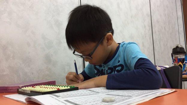 """Los padres de Luchas, de 6 años, lo llevan a un instituto de matemáticas para una hora de ejercicios. La idea e reforzar sus conocimientos y darle """"confianza extra""""."""