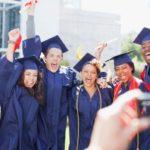 Por qué se ha duplicado el número de jóvenes que van a la universidad en América Latina (y cuál es el lado negativo de este fenómeno)